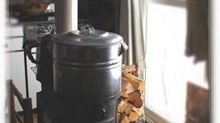 ふだん使いの薪ストーブは、ウイスキーの肴にもなります
